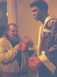 Ефим Гаммер: в музее мадам Тиссо у восковой фигуры чемпиона мира по боксу Мухамада Али, Лондон, 1996 год.